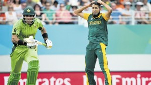 South African bowler Muhammad Imran Tahir (right) watches the ball head to the boundary as Pakistan captain Misbah Ul Haq runs down the wicket during the Pool B 2015 Cricket World Cup match at Eden Park, yesterday. Pakistan won by 29 runs. (PHOTOS: AFP)